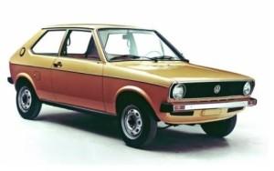 Die erste Generation des Polo kommt 1975 auf den Markt. Mit einer Gesamtlänge von nur 3,50 Metern ist es der bislang kleinste in Serie produzierte Volkswagen.