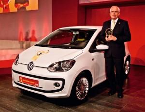 Dr. Ulrich Hackenberg, Entwicklungsvorstand der Marke Volkswagen, vor dem neuen Volkswagen up!